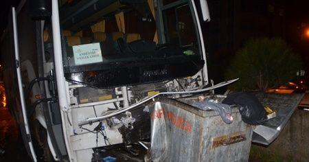 Servis otobüsü ile otomobil çarpıştı