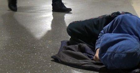 Taksim metrosunda uyuyan çocuk yürekleri sızlattı