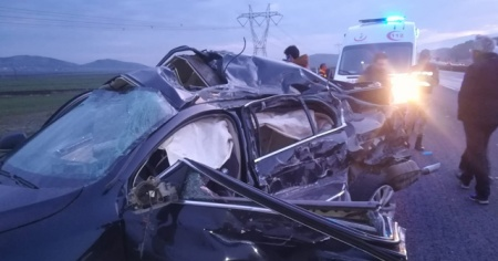 Tekeri patlayan otomobil tırla çarpıştı: 2 ölü, 3 yaralı