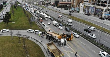 TEM'de feci kaza! Virajı alamayan hafriyat kamyonu devrildi