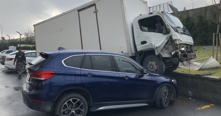 Park halindeki otomobilin üzerine kamyon düştü