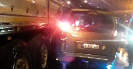 Tır dorsesine çarpan kamyonetin sürücüsü öldü eşi yaralandı