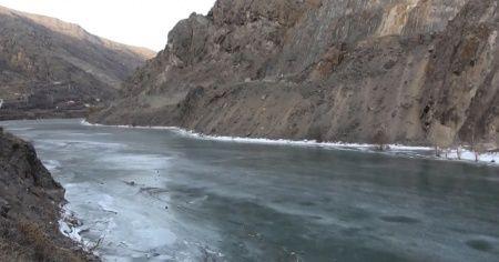 Türkiye'nin en hızlı akan nehri buz tuttu