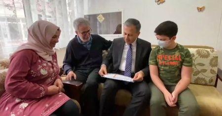 Vali Yerlikaya, lösemi hastası çocuğun karnesi evine götürdü
