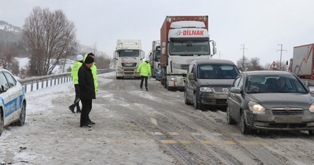 Yaşanan kazalar D-100 kara yolunu kapattı