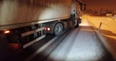 Yollar buz pistine döndü, sürücüler zor anlar yaşadı