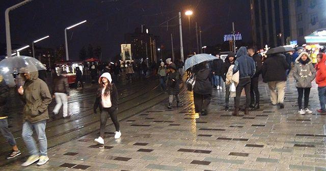Beklenen kar yağışı Taksim'de etkili olmaya başladı