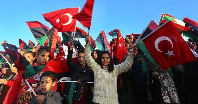 Devrimin 9'uncu yılını Türk bayraklarıyla kutladılar