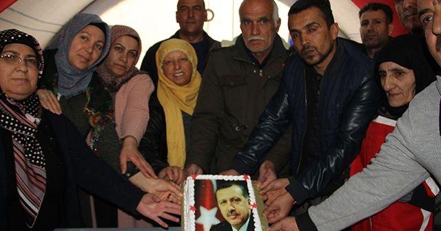 HDP önünde evlat nöbeti tutan aileler, Cumhurbaşkanı Erdoğan'ın doğum gününü kutladı