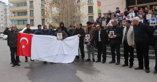 HDP önündeki ailelerden şehitler için kefen ve Türk bayrağıyla saygı duruşu