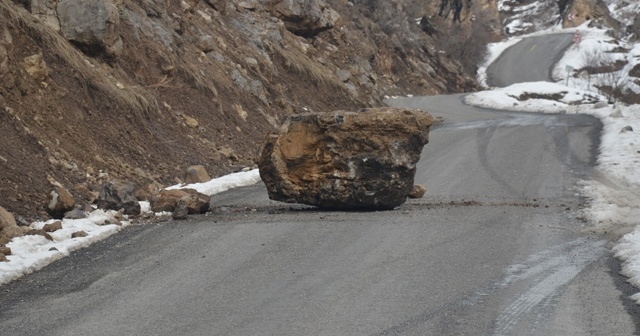 Kaya parçası yola düştü, İHA muhabiri şans eseri kurtuldu