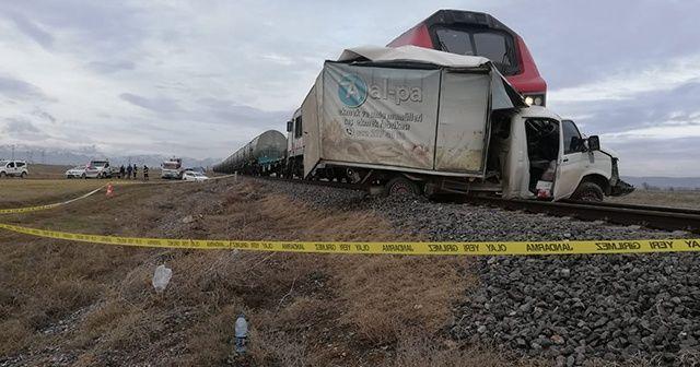 Tren ekmek yüklü kamyonete çarptı