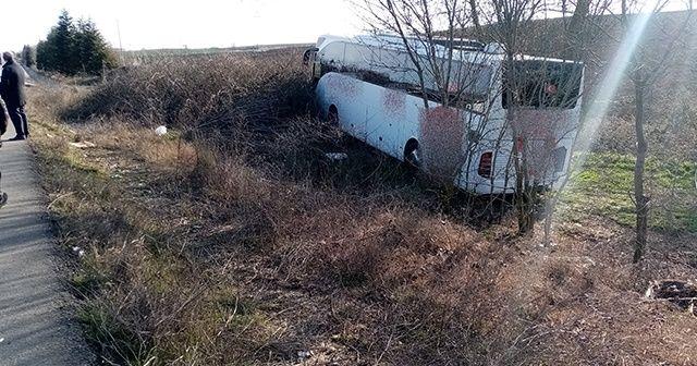 Yolcu otobüsü şarampole girdi: Bagajda uyuyan muavin yaralandı