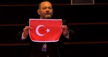 AP, Türk bayrağını yırtan ırkçı Yunan vekil hakkında kararını verdi