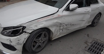 Emanet aldığı otomobille kaza yaptı