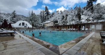 Kar altında havuz keyfi