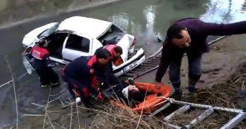 Otomobil boş su kanalına düştü, sürücü araçta sıkıştı