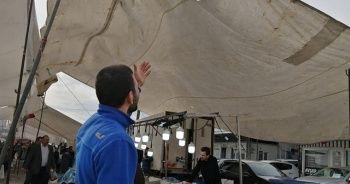 Şiddetli rüzgar pazarcılara zor anlar yaşattı