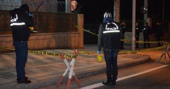 Şüpheli şahsa müdahale eden 3 bekçiden 1'i silahla, 2'si bıçakla yaralandı
