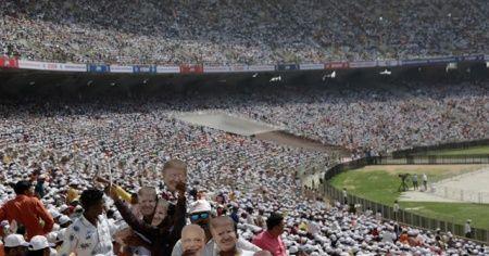 ABD Başkanı Trump, Hindistan'da stadyumda yaklaşık 100 bin kişiye hitap etti