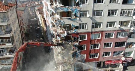 Bahçelievler'de ağır hasarlı binaların yıkılmasına başlandı