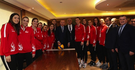 Cumhurbaşkanı Erdoğan, A Milli Kadın Voleybol Takımı oyuncularıyla bir araya geldi