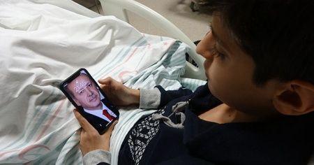 """Depremzede Kerim, Erdoğan'ın gönderdiği """"Telefon""""la ders çalışmaya başladı"""