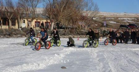 Donan Çıldır Gölü'nde kar bisikleti ve kızak keyfi
