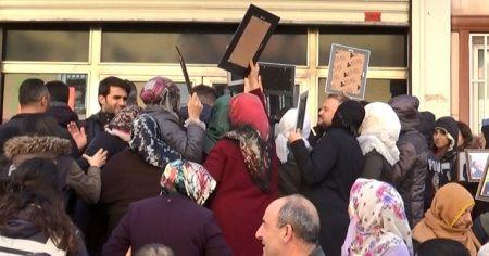 Evlat nöbetindeki aileler, 'kahrolsun PKK ve HDP' sloganı atıp, binanın camlarını kırdı