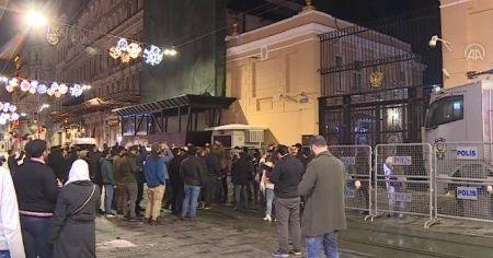 İdlib'teki saldırı Rusya'nın İstanbul Başkonsolosluğu önünde protesto edildi
