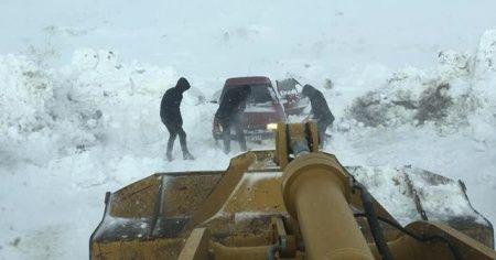 Karda mahsur kalan öğrenciler kurtarıldı