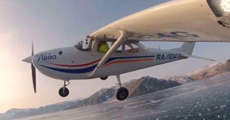 Küçük uçağıyla buz tutan göle iniş yaptı