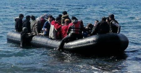 Mülteciler botlarla Midilli Adası'na geçmeye başladı