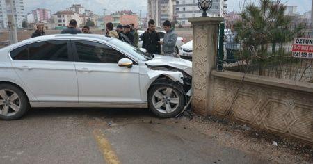 Otomobil duvara çarptı: 4 yaralı