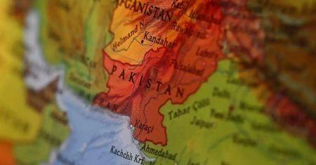 Pakistan'da tren ve otobüs çarpıştı: Çok sayıda ölü ve yaralı var