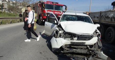 Pendik'te iki araç birbirine girdi: 3 yaralı