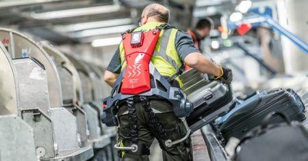 Robotik giysiler ağır valizlerin kaldırılmasına yardımcı oluyor