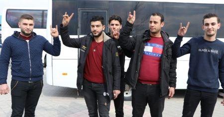 Suriyeli gençler Mehmetçiğe destek için yola çıktı