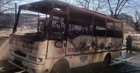 Ümraniye'de park halindeki minibüs yandı