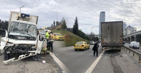 Üsküdar'da kamyonet tıra arkadan çarptı: 2 yaralı