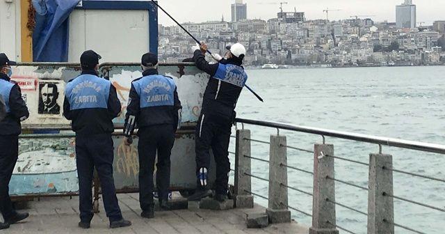 Bariyerlerin arkasına saklanıp balık tutmak istedi zabıtaya yakalandı