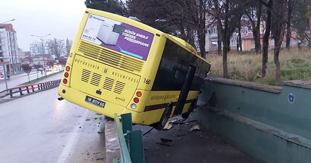 Otobüs köprülü kavşaktan aşağıya düştü