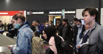 İngiltere'deki Türkler yasağın başlamasına dakikalar kala Türkiye'ye geldi