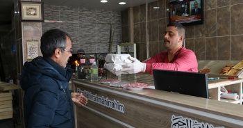 Koronavirüs nedeniyle işsiz kalanlara ekmeği ücretsiz veriyor