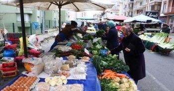 Pazarlarda sadece gıda ve temizlik ürünlerinin satışı yapılıyor