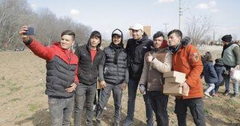 Ünlü oyuncu, sınırda bekleyen göçmenlere yardım dağıttı