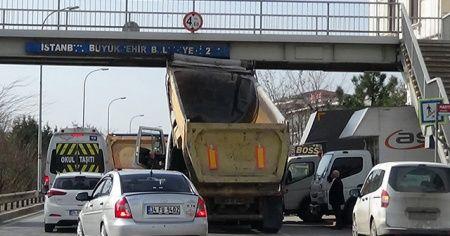Damperi bozuk olan kamyon üstgeçide takıldı