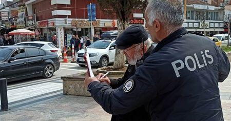 Dede sokağa çıktı polis ile tartıştı