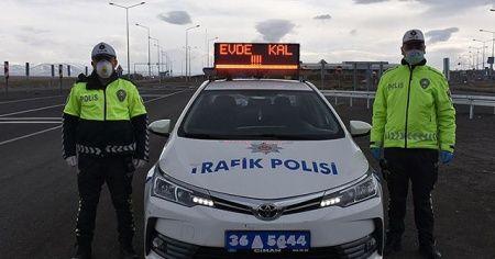 Polis araçlarının tepe lambalarında 'Evde kal' uyarısı