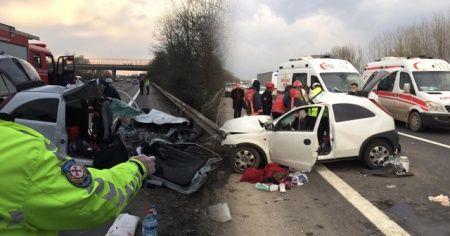 TEM Otoyolunda otomobil önce kamyona sonra bariyerlere çarptı: 5 yaralı